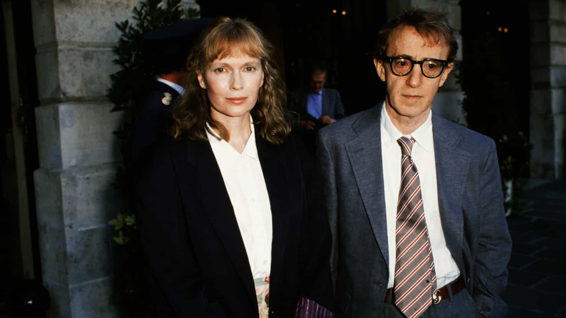 A imagem é uma foto de Mia Farrow e Woody Allen.