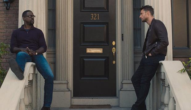 Cena da série This Is Us. A cena mostra os irmãos Randall (à esquerda) e Kevin (à direita), sentados na entrada da casa, se olhando. Randall é negro, usa camisa escura e calça jeans; Kevin é branco, e usa um blazer escuro, com as mãos colocadas no bolso da calça. Está de dia, e a porta no meio deles é marrom escuro, com o número 321 em cor metálica dourada.