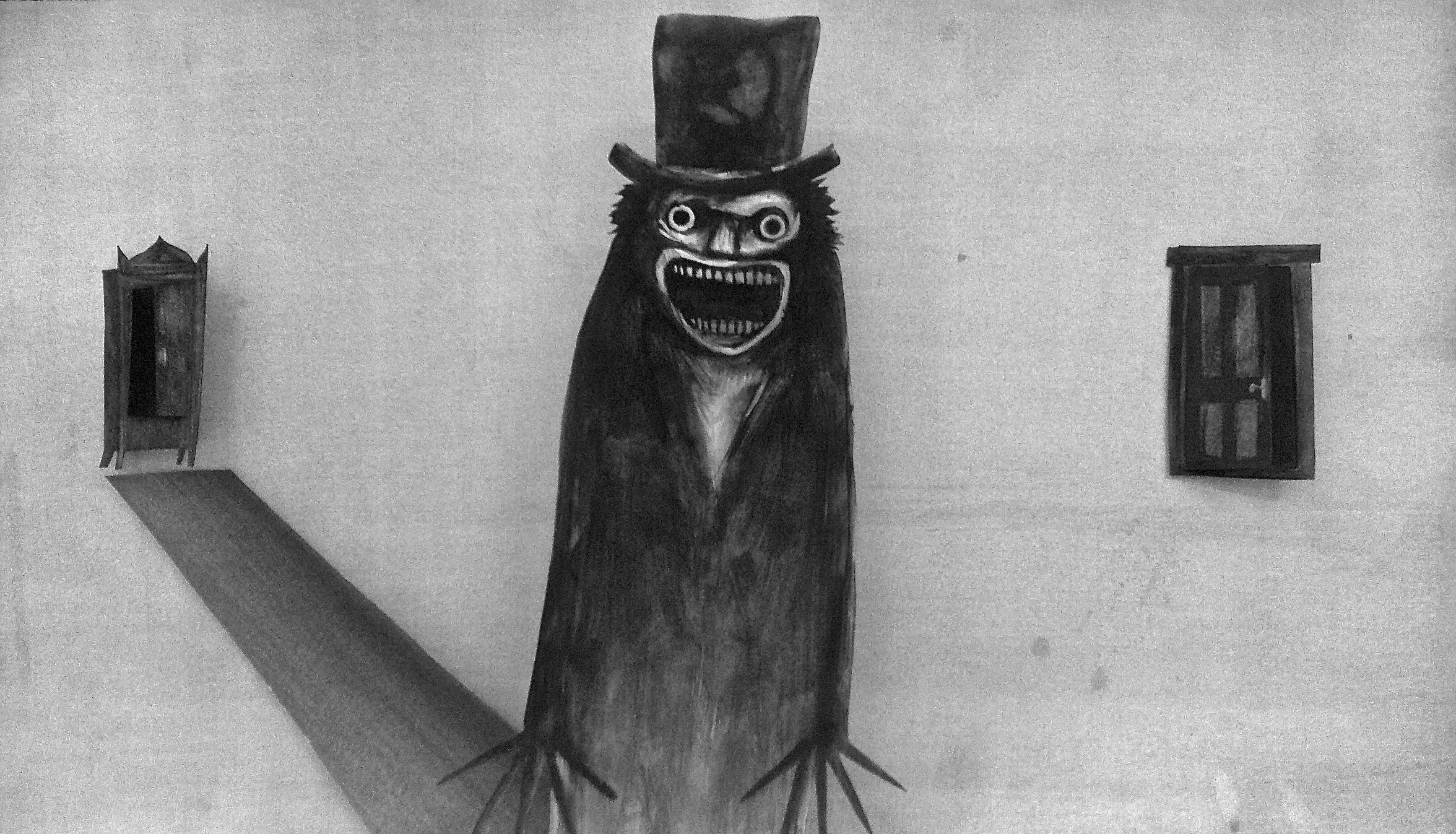 """Imagem de divulgação do filme """"O Babadook"""", de 2014. Foto preto-e-branco de uma página acinzentada. No centro, vemos o desenho de Babadook, feito com lápis preto. Trata-se de uma silhueta alongada, com os braços colados sobre o tronco e os longos dedos de suas mãos abertos. Ele tem olhos esbugalhados, um nariz triangular, e uma grande boca cheia de dentes que se abre em um sorriso perturbador. Além disso, ele veste na cabeça uma cartola. Sua sombra se projeta do lado esquerdo até o desenho de um armário com a porta aberta. E, do lado direito, em paralelo com o armário, vê-se o desenho de uma porta semi-aberta."""