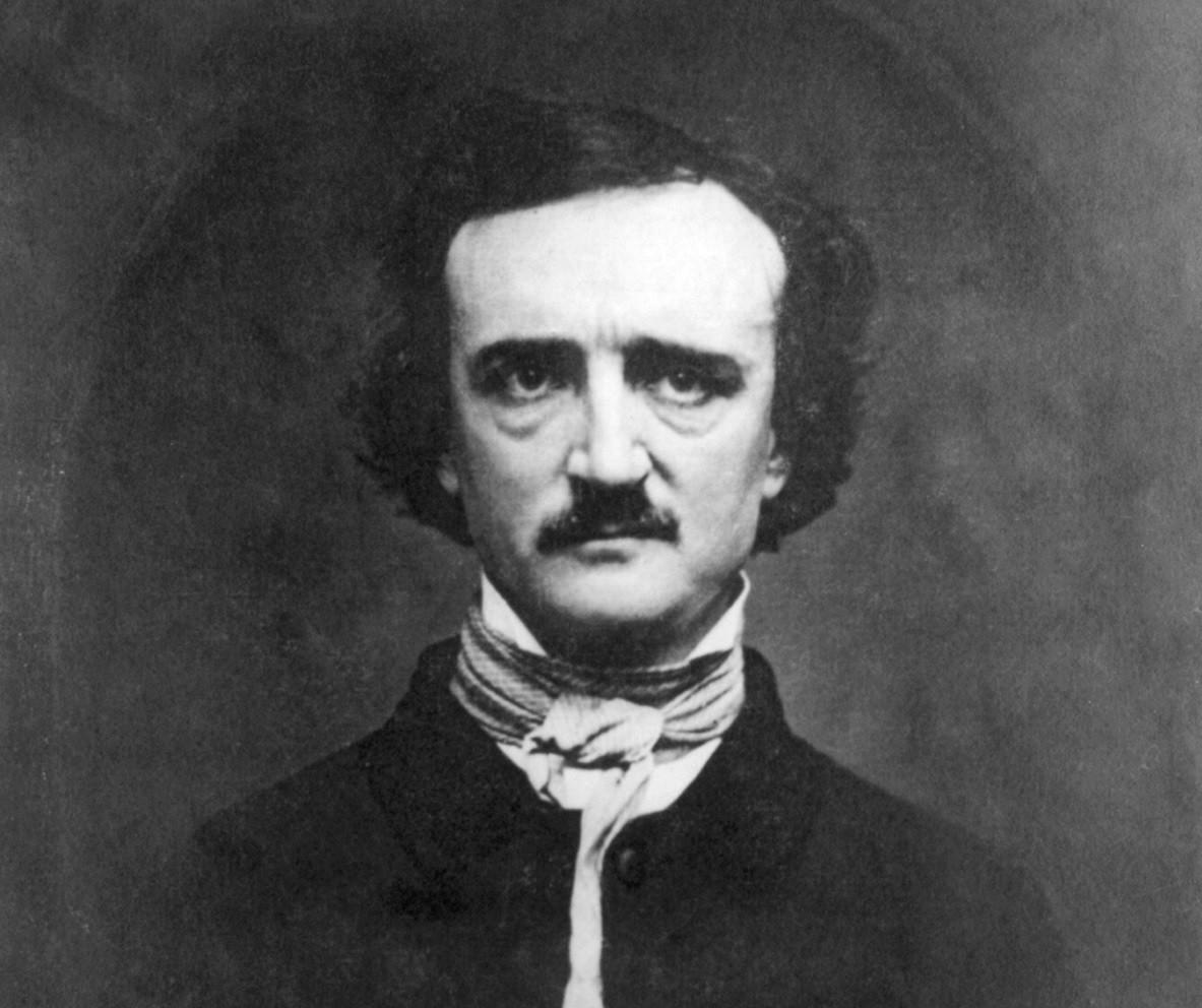 Fotografia de Edgar Allan Poe. Na foto em preto e branco, Poe está olhando para a frente, e só é fotografado da altura dos ombros para cima. Ele é um homem branco, possui cabelos lisos penteados para o lado e bigode de cor preta. Ele está usando um sobretudo de cor preta e um lenço de cor branca amarrado no pescoço. O fundo da foto é cinza.